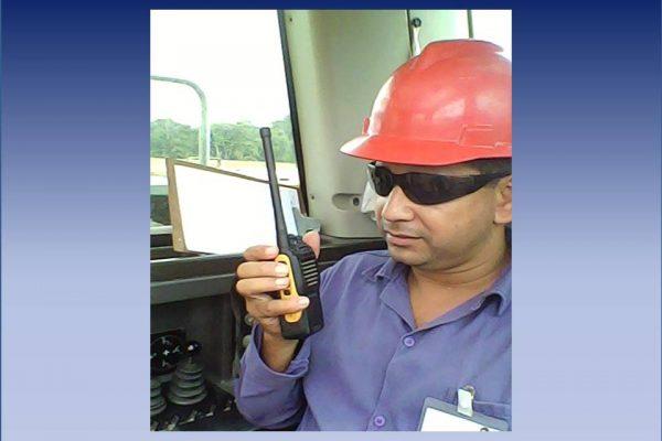 O operador da Maquina informa pelo rádio uma falha