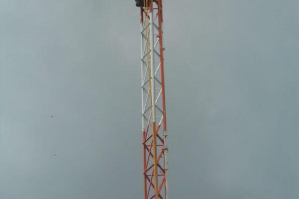 Torre em montagem o técnico espera mais uma peça