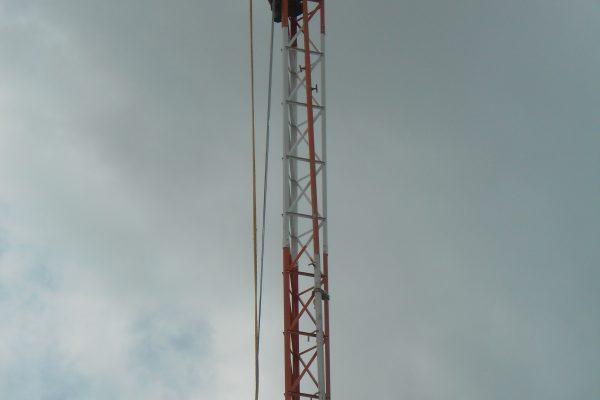 Torre em montagem o técnico pede mais uma peça